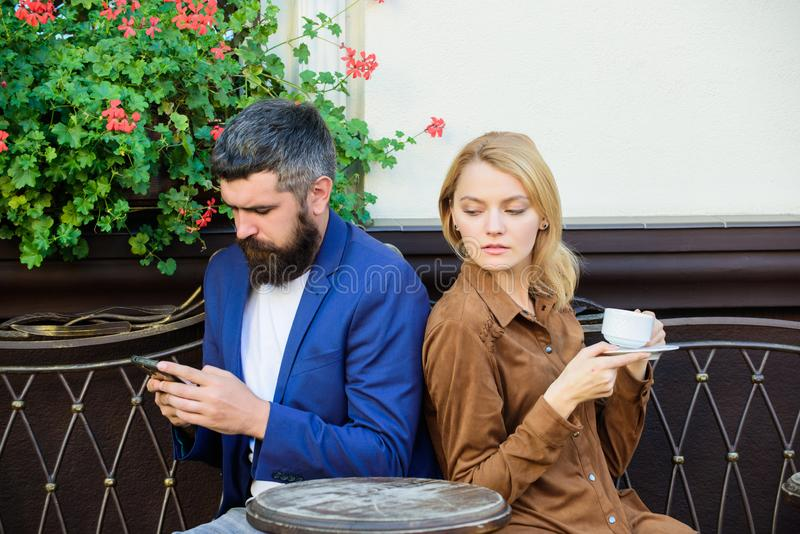 bicykli/l?w dzieci rodzinny ojca weekend Zam??na urocza para relaksuje wp?lnie Pary kawiarni tarasu napoju kawa Para w mi?o?ci si fotografia royalty free