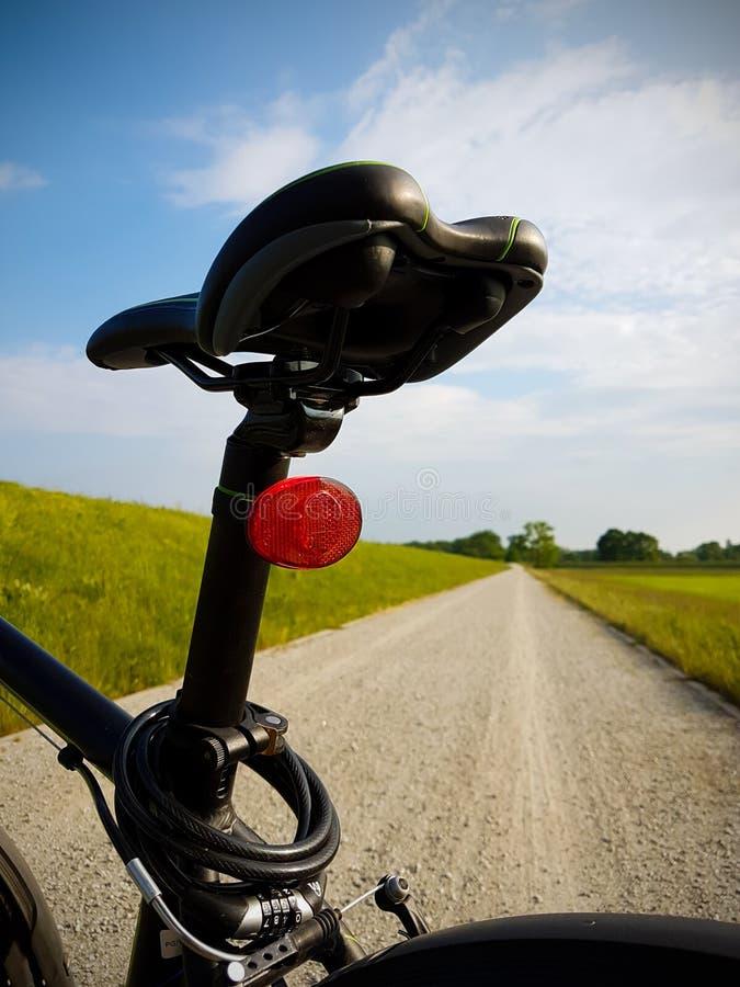 Bicyklu comber Droga w tle zdjęcia royalty free