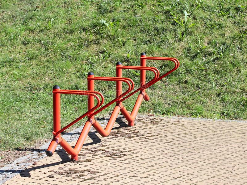 Bicyklu park Metali pomarańczowi poręcze dla parkować bicykle Przyrząd robić życiu łatwy dla cyklistów Udostępnienia dla miasta ` zdjęcie stock
