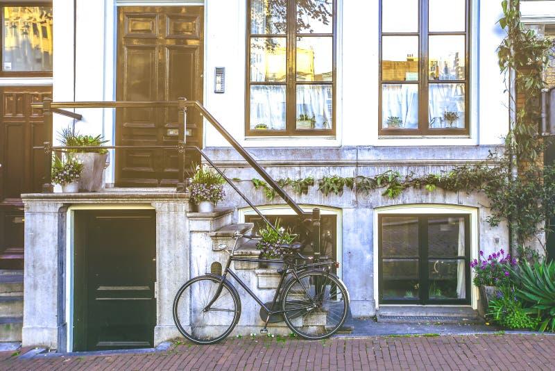 Bicyklu park przed schodkami wejściowi drzwi obrazy royalty free