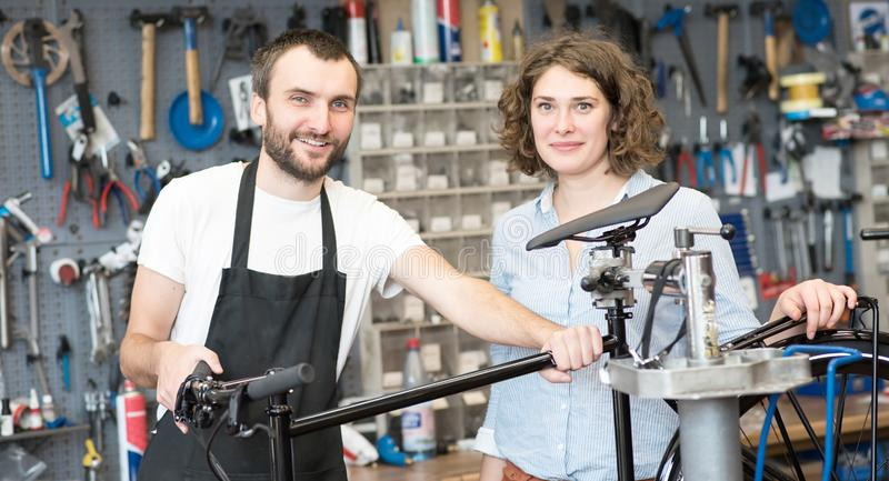 Bicyklu sklepowy konsultować - sprzedawca i klient w rozmowie zdjęcia stock