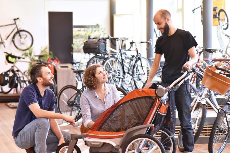 Bicyklu sklepowy konsultować - sprzedawca i klient w rozmowie obrazy stock