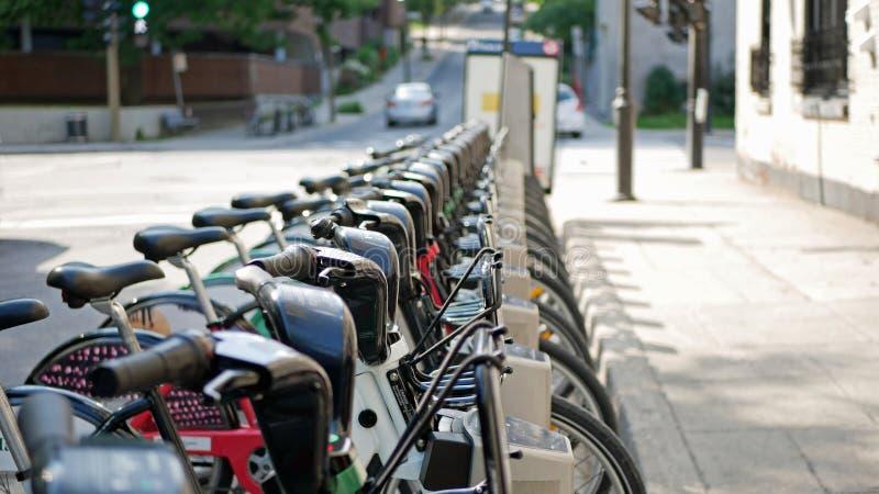 Bicylces en la calle de Montreal, Canadá imagen de archivo