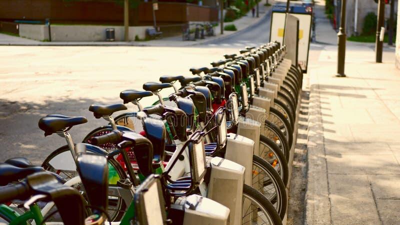 Bicylces en la calle de Montreal, Canadá fotografía de archivo