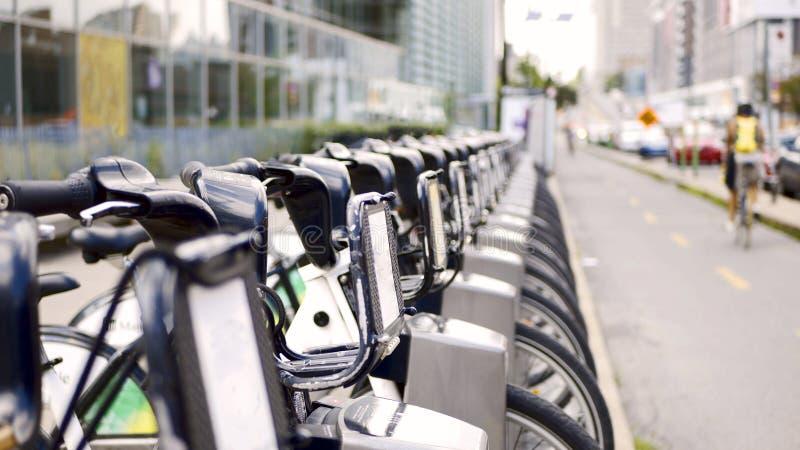 Bicylces en la calle de Montreal, Canadá foto de archivo libre de regalías