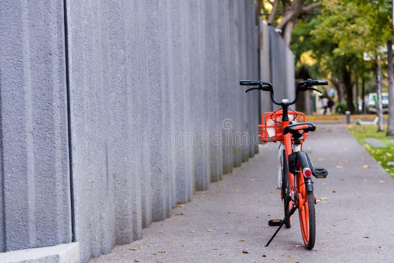 Bicyle на тротуаре стоковые изображения rf