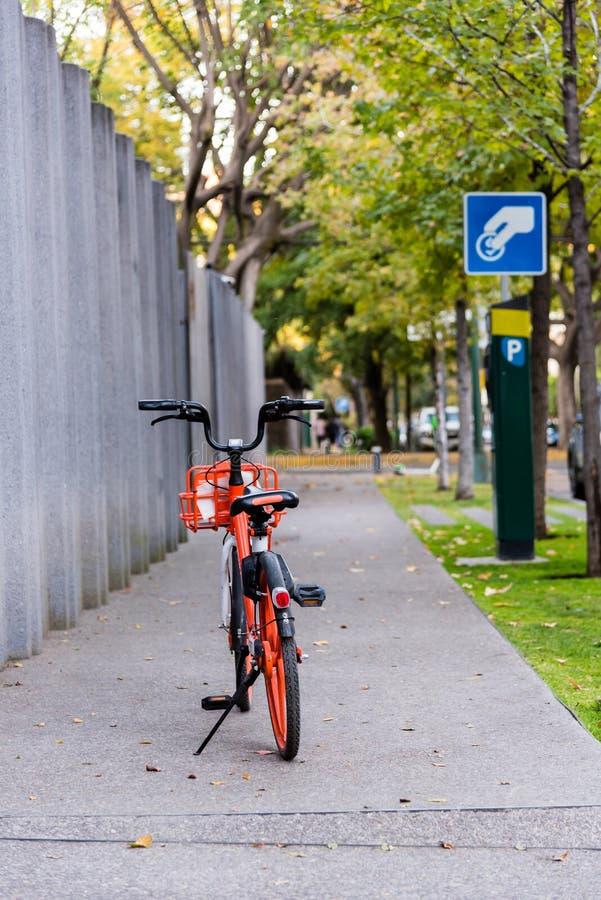 Bicyle на тротуаре стоковая фотография