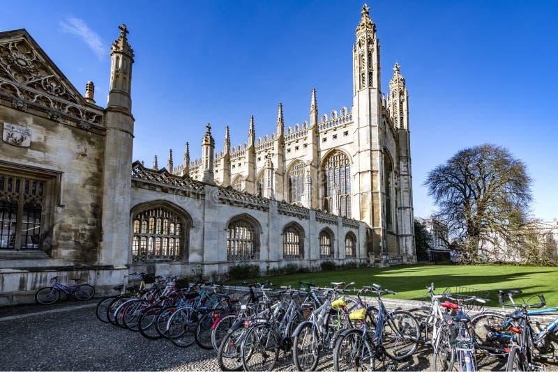 Bicyles студента на Коллеже короля в Кембридже, Cambridgeshire, Англии стоковое изображение