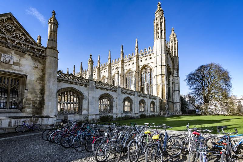 Bicyles do estudante na Faculdade do rei em Cambridge, Cambridgeshire, Inglaterra imagem de stock