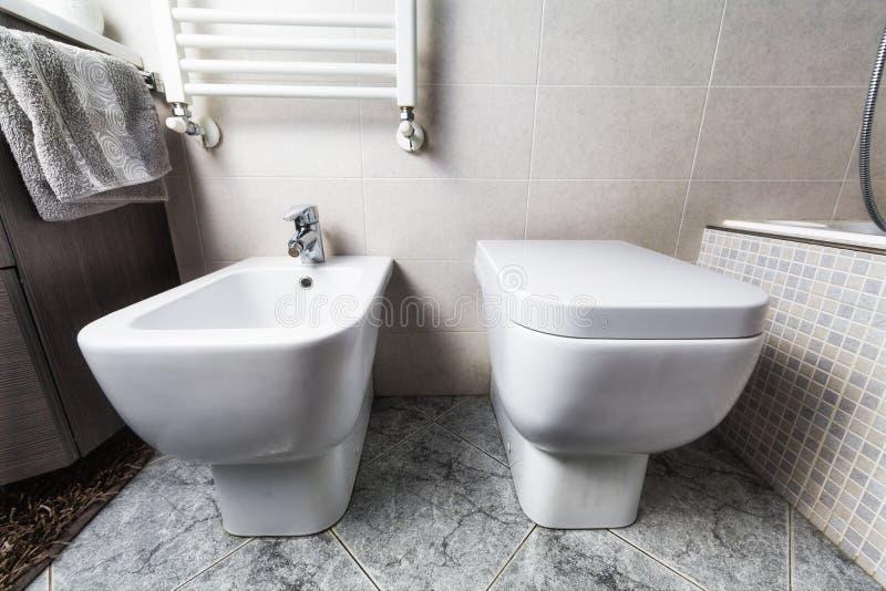 Bidétoilette och värmeapparat royaltyfria bilder
