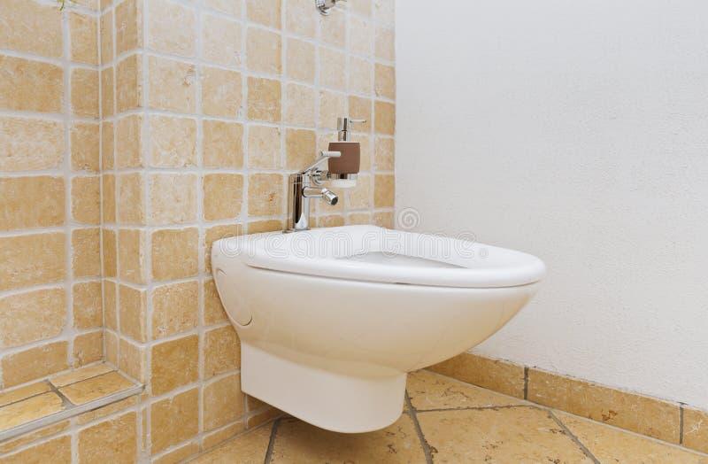 Bidê no banheiro com telhas mediterrâneas fotografia de stock