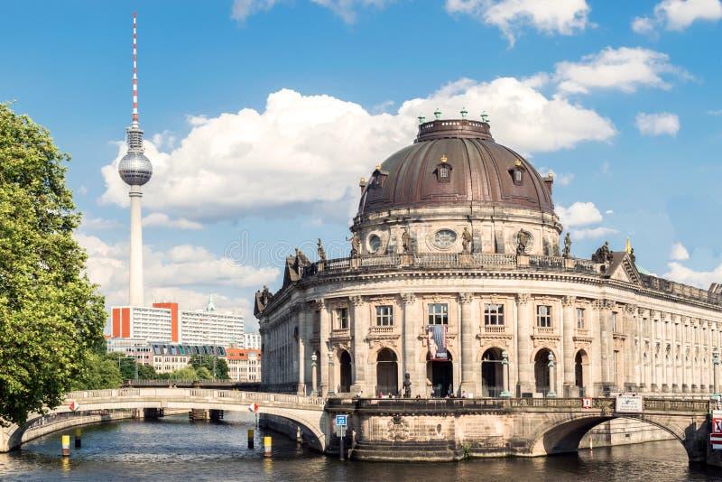 Bidad museumö, Bodemuseum, Museumsinsel och TVtorn på Alexanderplatz, Berlin, Tyskland royaltyfri foto