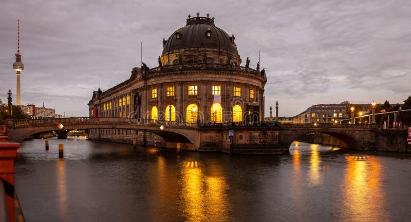 Bidat museum exponerat, festflod, museumö, Berlin, på natten arkivbild