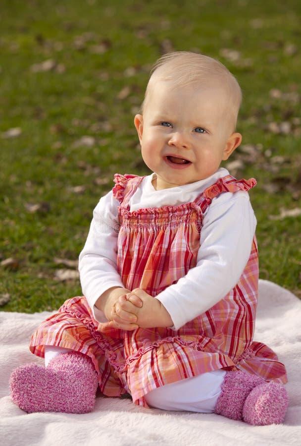 Biddend babymeisje royalty-vrije stock afbeelding