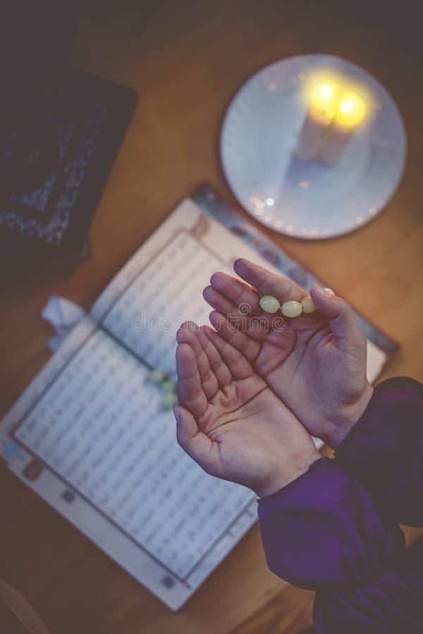 Biddende jonge moslimvrouw Meisje dat van het Middenoosten en heilige Quran bidt het leest Moslimvrouw die Quran bestuderen stock afbeeldingen