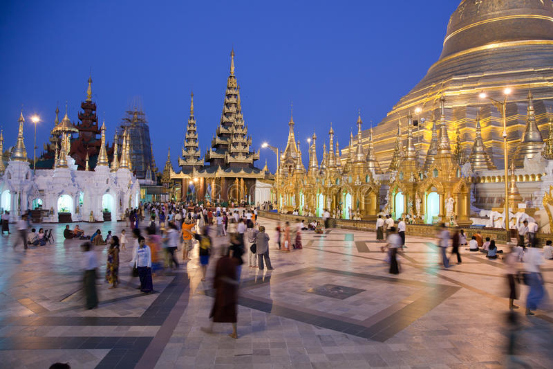 Biddende mensen bij Shwedagon-pagode royalty-vrije stock afbeeldingen