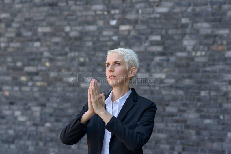 Biddende vrouw met gevouwen handen royalty-vrije stock afbeeldingen