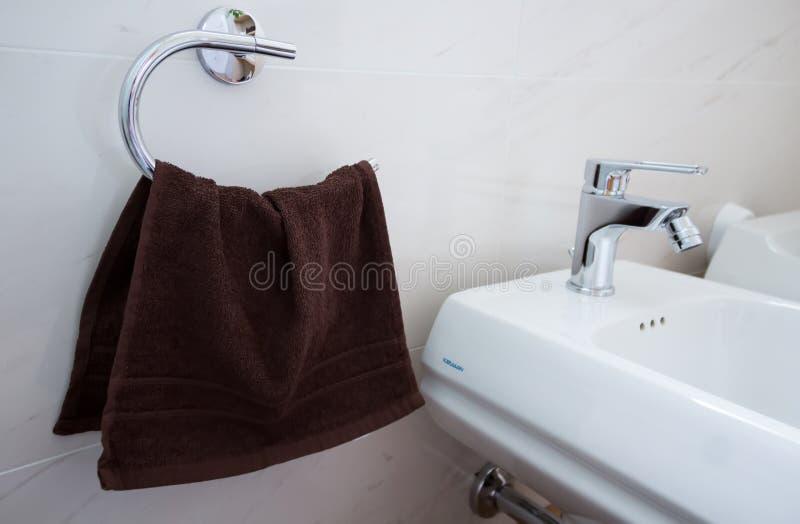 Bidet, asciugamani del rubinetto nel bagno, pulizia e comodità, concetto immagine stock libera da diritti