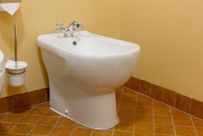 Bidet ceramico bianco in bagno moderno fotografia stock