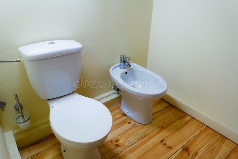 Bidet della porcellana e wc bianchi della toilette immagini stock