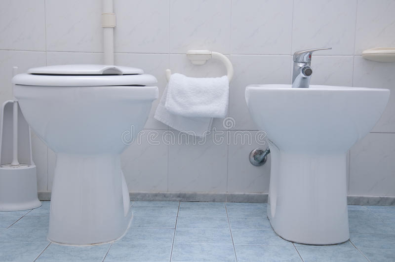 Bidet en toiletwit op de blauwe tegels royalty-vrije stock afbeelding