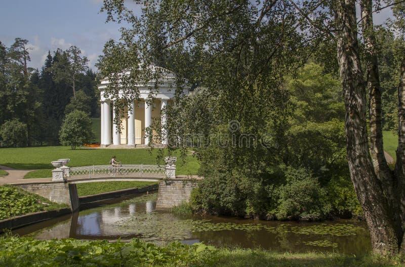 Bidge i świątynia przyjaźń Pavlovsk StPeterburg Rosja obraz royalty free