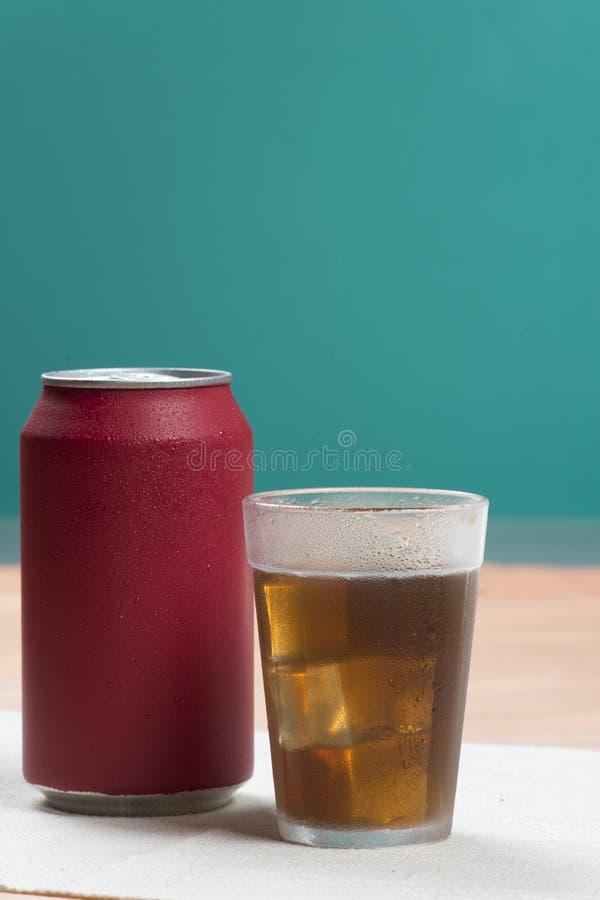 Bidon de bicarbonate de soude rouge image stock