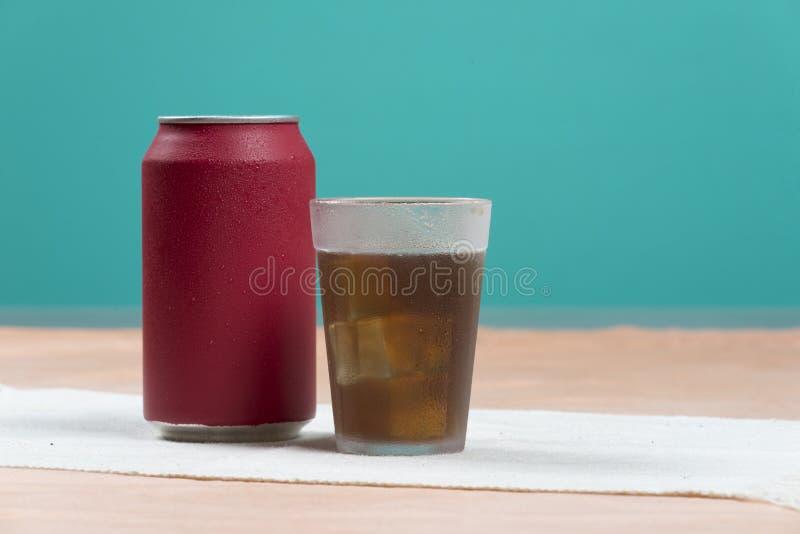 Bidon de bicarbonate de soude rouge photo libre de droits