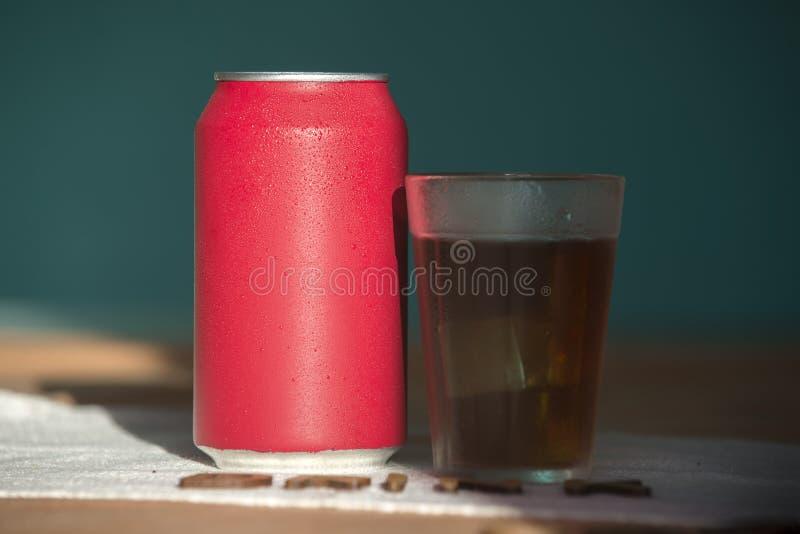 Bidon de bicarbonate de soude rouge images stock