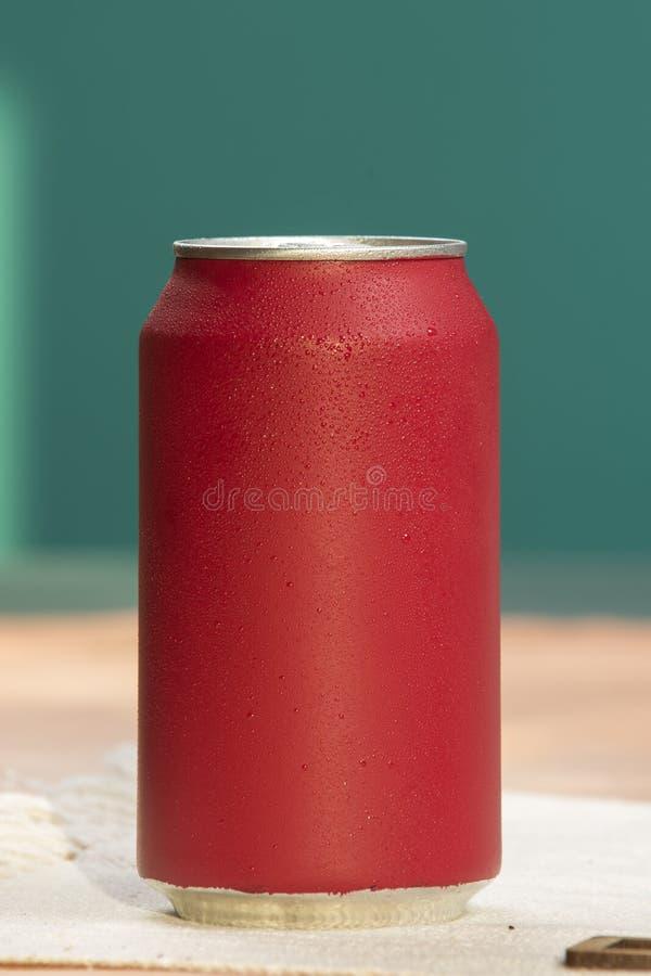 Bidon de bicarbonate de soude rouge photographie stock libre de droits
