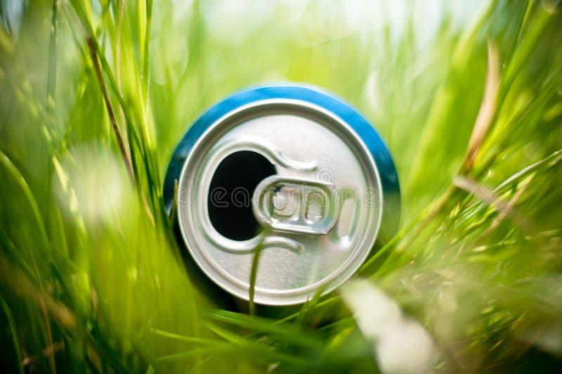Bidon en aluminium dans l'herbe photos stock