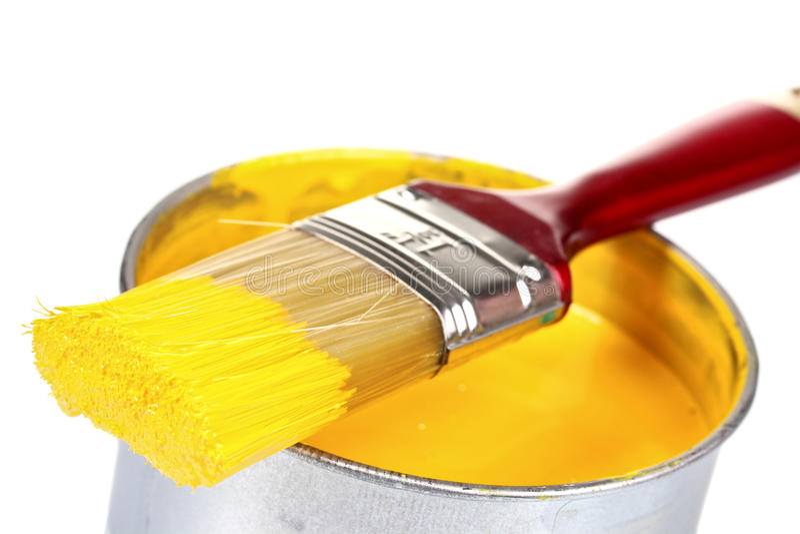 Bidon ouvert de peinture et de balai jaunes image libre de droits