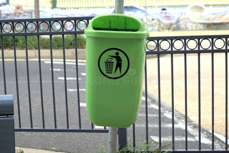Bidone della spazzatura all'aperto accanto alla via fotografie stock