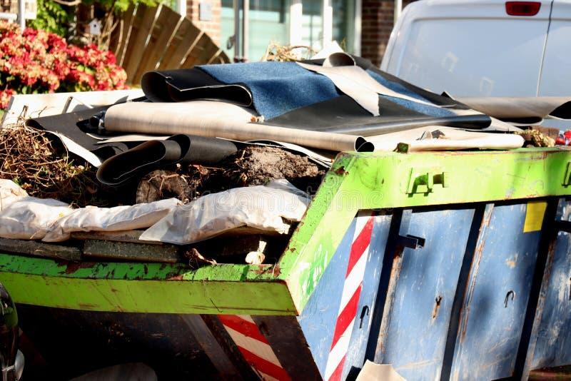 Bidone della spazzatura caricato dell'immondizia fotografia stock libera da diritti