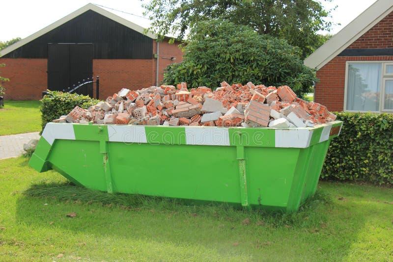 Bidone della spazzatura caricato dell'immondizia fotografie stock libere da diritti