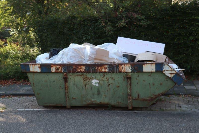 Bidone della spazzatura caricato dell'immondizia immagine stock
