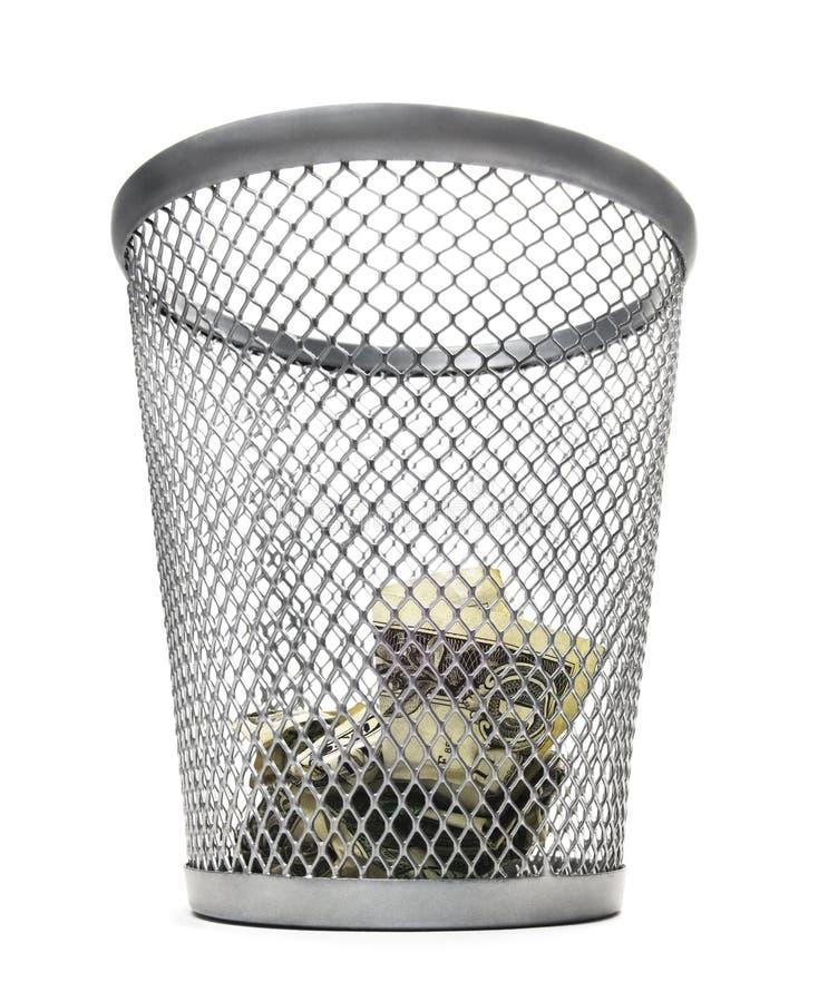 Bidone della spazzatura con contanti fotografie stock
