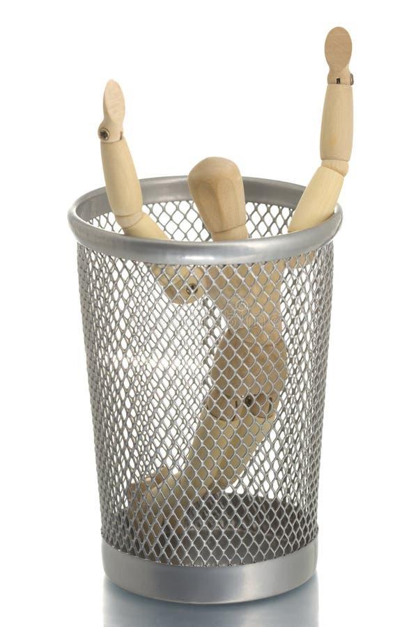 Bidone della spazzatura della maglia con il manichino dentro immagine stock