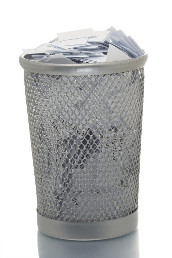 Bidone della spazzatura della maglia in pieno di carta fotografia stock libera da diritti