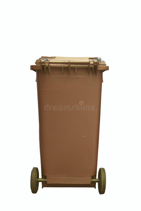 Bidone della spazzatura di plastica di Brown isolato su fondo bianco fotografia stock libera da diritti