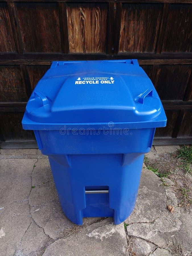 Bidone della spazzatura di riciclaggio resistente blu fotografie stock libere da diritti