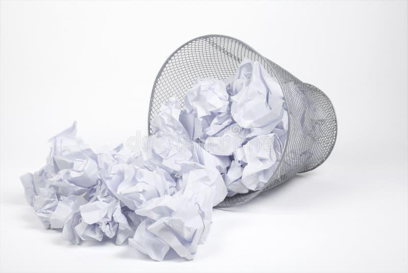 Bidone della spazzatura e carte d'argento immagine stock libera da diritti