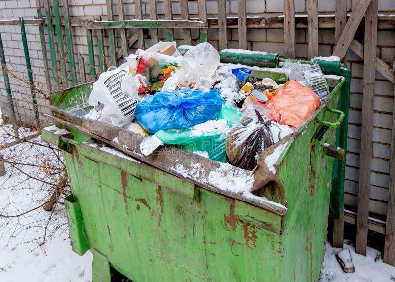 Bidone della spazzatura riempito troppo dei rifiuti da sopra la vista immagine stock libera da diritti