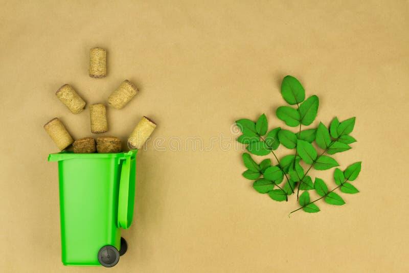 Bidone della spazzatura verde con i sugheri di legno del vino fotografie stock libere da diritti