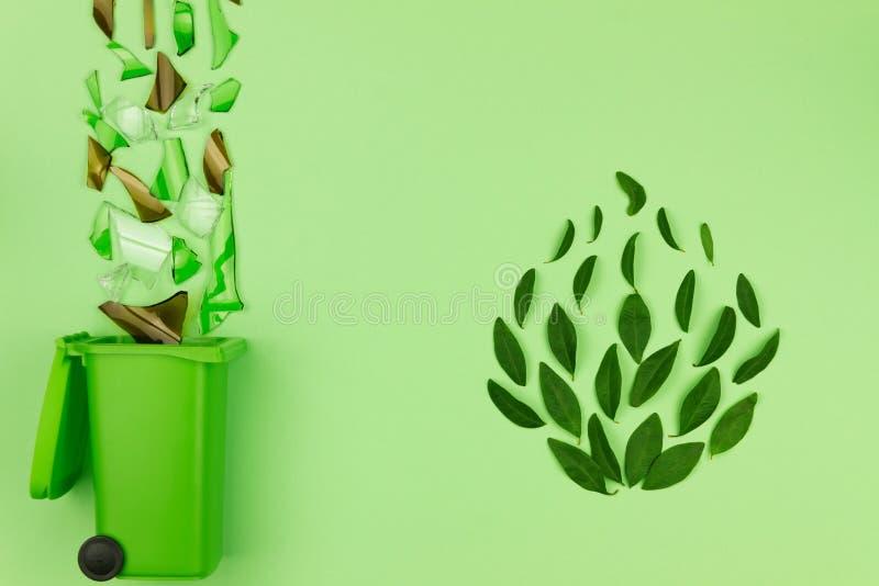 Bidone della spazzatura verde con vetro rotto immagini stock libere da diritti