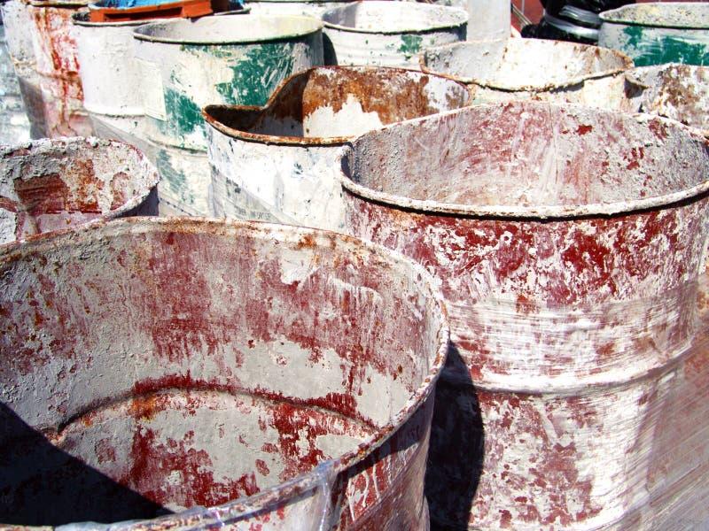 Bidones de aceite industriales vacíos expuestos al sol imágenes de archivo libres de regalías