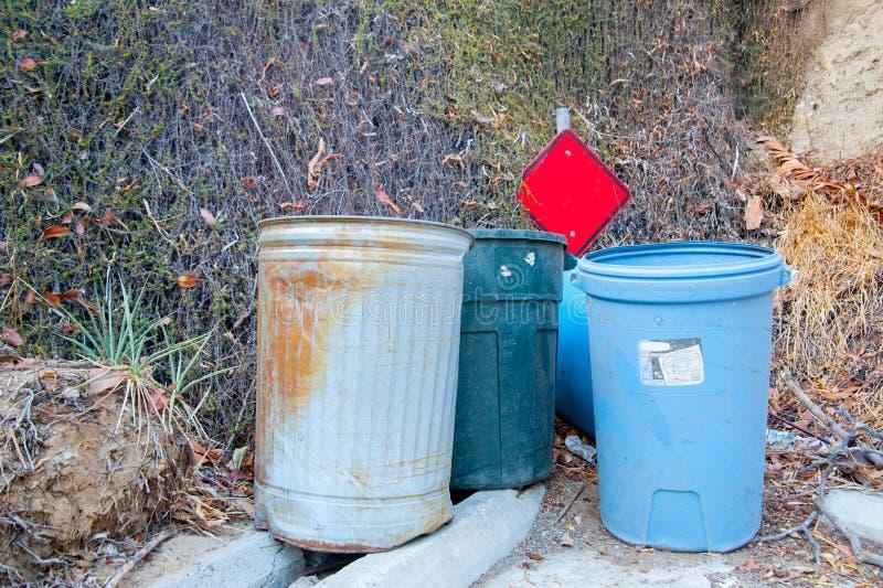 Bidoni della spazzatura al parco intorno a Long Beach, California La California è conosciuta con un buon se nell'ora legale, inte fotografie stock libere da diritti