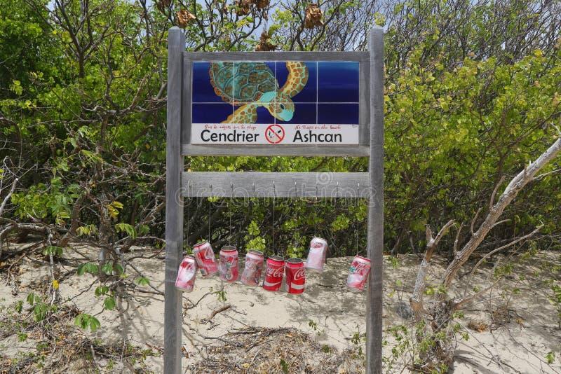 Bidoni della spazzatura alla spiaggia salina, St Barts, Antille francesi immagini stock