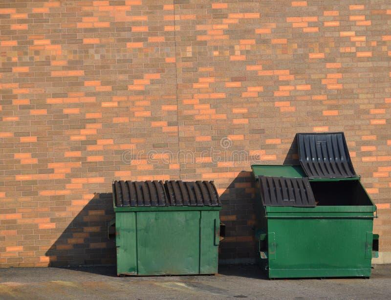 Bidoni della spazzatura di riciclaggio verdi immagine stock