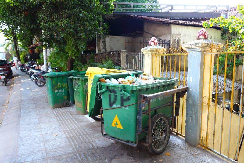 Bidoni della spazzatura sulla via asiatica immagini stock libere da diritti